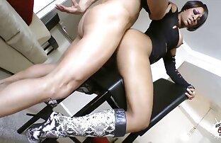 زن زیبا نشسته در یک رشته و عاشقانه بمکد یک عضو از یک فیلم سکسی در کانال تلگرام همسایه